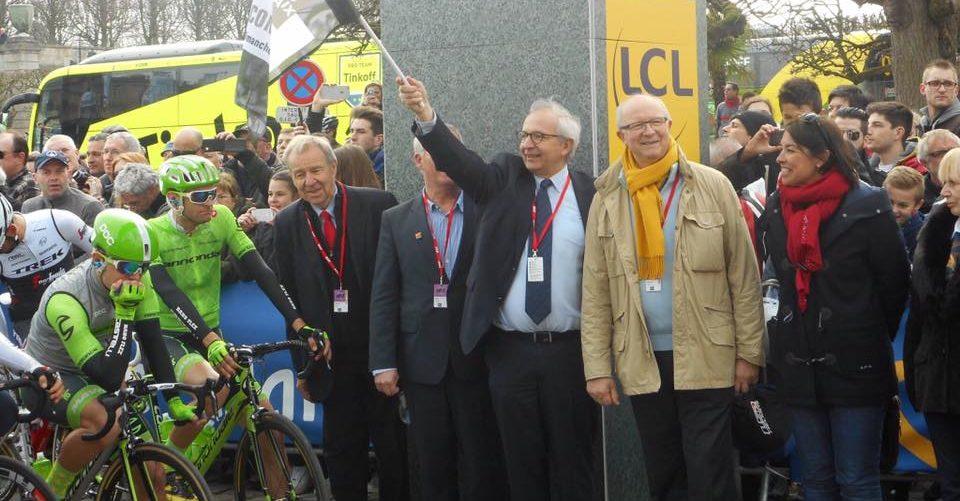 Anne-Sophie Fontaine donne le départ du Paris-Roubaix pour le Conseil Régional